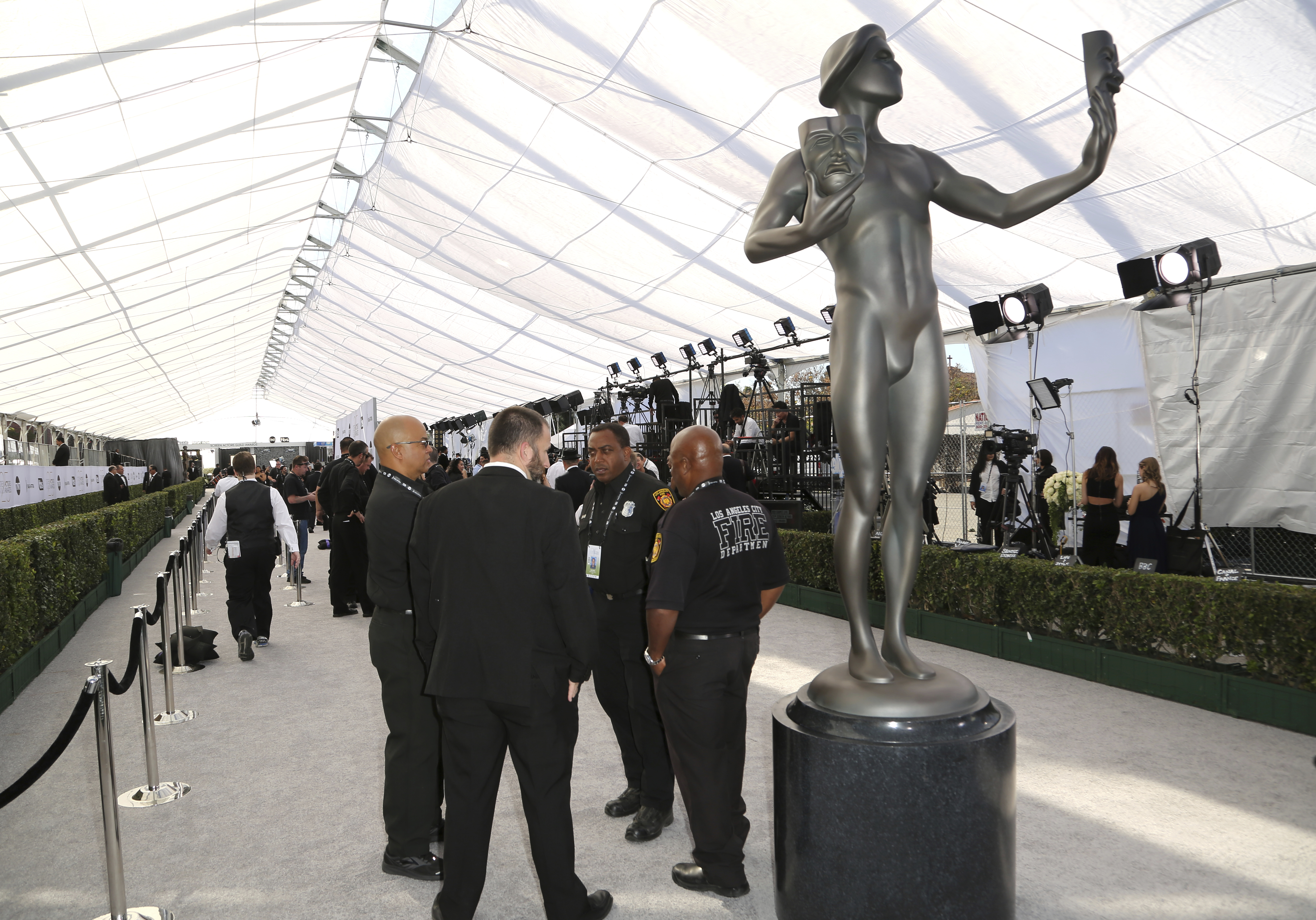 Security gathers around an Actor statue on the red carpet at the 25th annual Screen Actors Guild Awards at the Shrine Auditorium & Expo Hall on Sunday, Jan. 27, 2019, in Los Angeles. (Photo by Willy Sanjuan/Invision/AP)