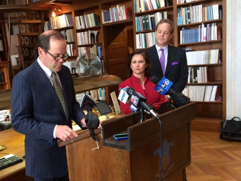 Gorbea, center, during a 2015 news conference.