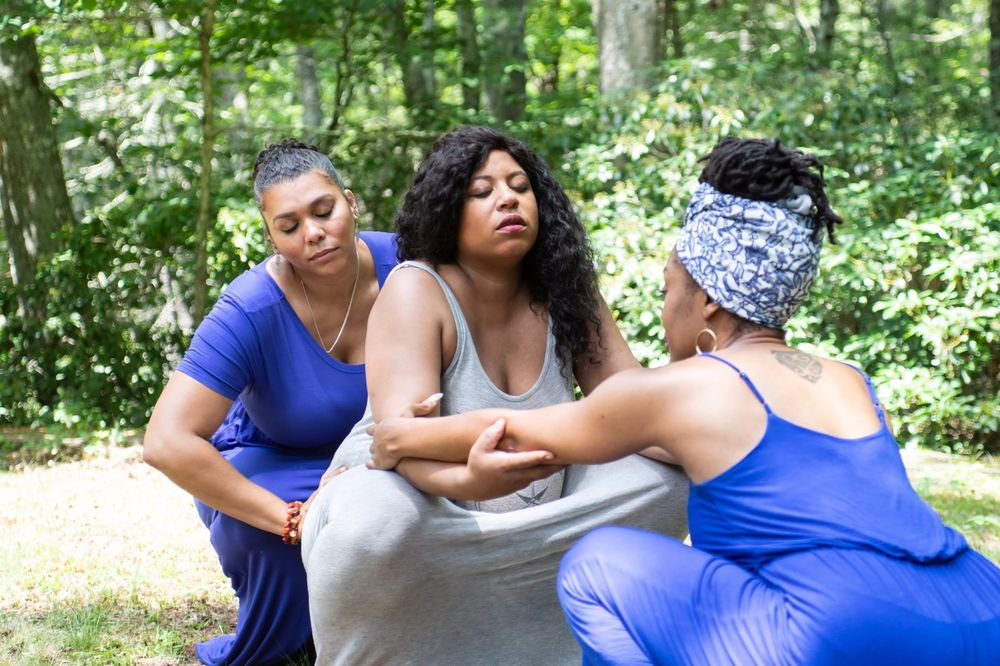 Las doulas Felicia Love (izquierda) y Satta Jallah (derecha) trabajan con su cliente Kalyana Champlain-Spears (centro).